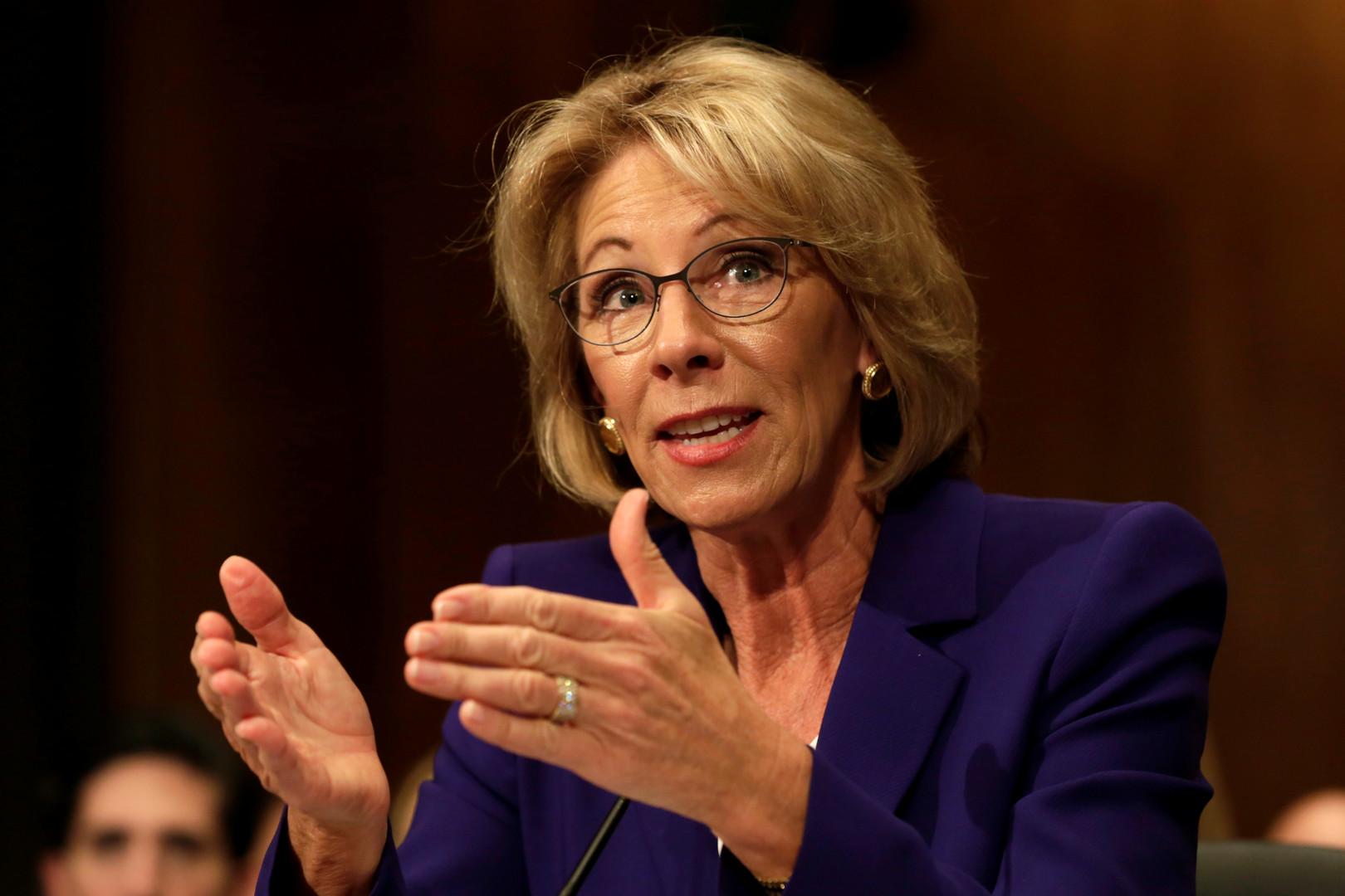 """Die Milliardärin Betsy DeVos soll Bildungsministerin werden. Das Vermögen der Familie DeVos, die die Firma Windquest Group gegründet hat, beläuft sich auf etwa 5,1 Milliarden US-Dollar. Die eifrige Trump-Unterstützerin hat versprochen die US-amerikanische Bildung """"wieder groß zu machen""""."""