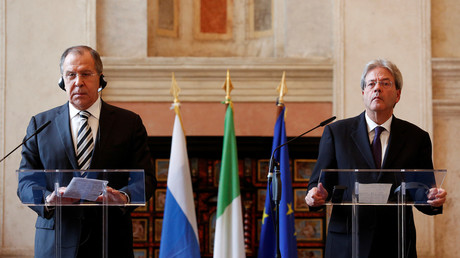 Der russische Außenminister Sergej Lawrow zusammen mit dem heutigen Ministerpräsidenten Paolo Gentiloni, damals Außenminister, auf einer Pressekonferenz in Rom am 2. Dezember 2016.