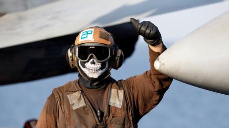 Ein Crew-Mitglied des Flugzeugträgers Dwight D. Eisenhower.