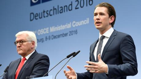 Der österreichische Außenminister Sebastian Kurz und sein deutscher Amtskollege Frank-Walter Steinmeier während eines OSZE-Treffens in Hamburg, Deutschland, 9. Dezember 2016.