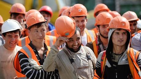 Arbeitsmigranten auf einer Baustelle in Jekaterinburg im August 2016.