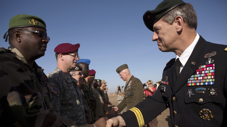 General James Linder (r.), Oberbefehlshaber des US Special Operations Command Africa, begrüßt einen Soldaten in Niger.