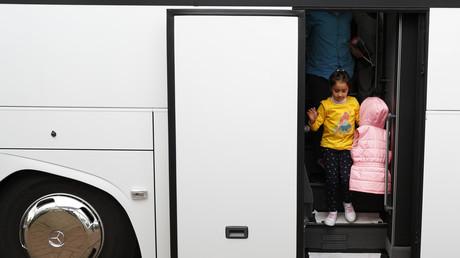 Hoffnung auf ein besseres Leben: Ein syrisches Flüchtlingskind kommt in Friedland an. Deutschland, 4. April, 2016.