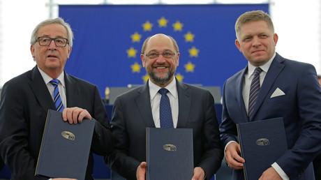 Der Präsident der Europäischen Kommission, Jean-Claude Juncker (L) posiert mit dem slowakischen Ministerpräsidenten Robert Fico (R) und EU-Parlamentspräsidenten Martin Schulz nach der Unterzeichnung der gemeinsamen Erklärung zu den Prioritäten der EU-Gesetzgebung, Straßburg, 13. Dezember 2016.