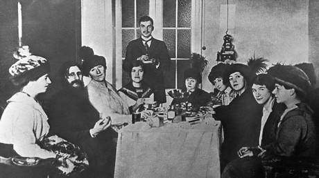 Rasputin (L) im Kreise weiblicher Bewunderer...