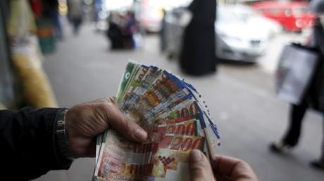 Warten auf Kunden: Palästinensischer Geldwechsler in Ramallah, Westbank.