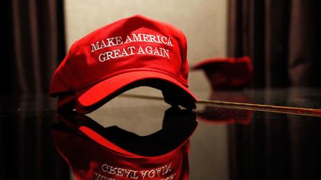 Alec Baldwin parodiert Donald Trump in Baseballkappe mit Wahlmotto auf Google-Russisch