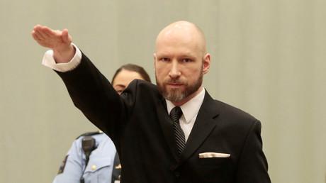 Massenmörder Anders Breivik erhebt bei Berufungsprozess den Arm zum Hitlergruß