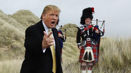 Ob der junge Mann im Hintergrund wohl für Donald Trump auftreten mag?
