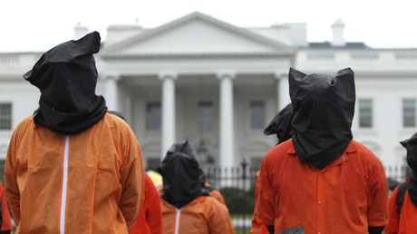 Mitglieder von Amnesty International protestieren gegen das Gefangenenlager in Guantanamo vor dem Weißen Haus in Washington, USA, 11. Januar 2012.