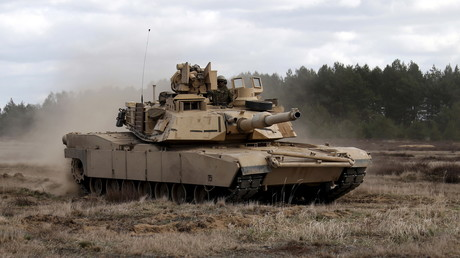 Mitglieder des 2. US-Bataillons, 7. Infanterie-Regiments, 1. Brigaden-Kampf-Teams und der 3. Infanteriedivision fahren einen Abrams-Panzer während einer Übung im Gebiet Mielno in der Nähe von Drawsko-Pomorskie.
