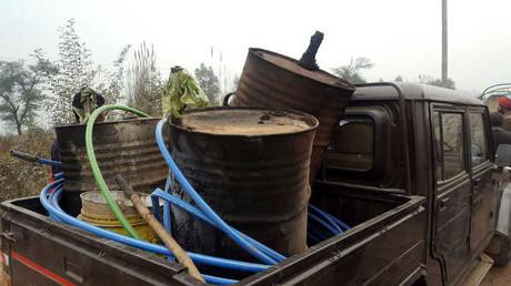 Indische Polizei vernichtet über 25.000 Liter illegalen Branntwein