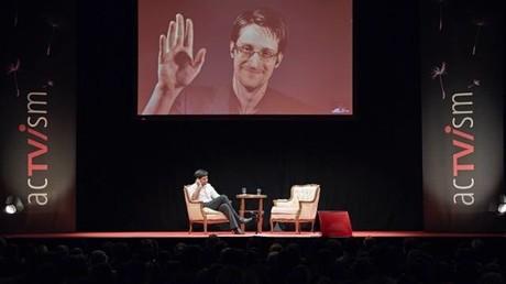 Großer Applaus brandet auf, als Edward Snowden live aus Moskau in die Muffathalle in München geschaltet wird. Bild: acTVism.org