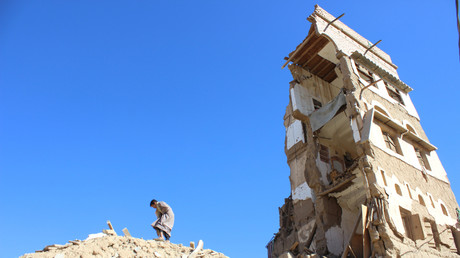 Ein Junge auf den Trümmern eines durch die saudische Luftwaffe zerstörten Hauses in der jemenitischen Stadt Saada.