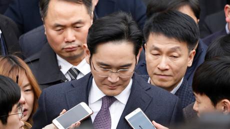 Samsung-Chef Jay Y. Lee stellt sich nach einer Anhörung der Presse.