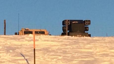 Mit schwerem Gerät gegen Drohnen von Demonstranten? Die Behörden vor Ort in North Dakota halten sich über den Zweck des Aufbaus eines Raketenwerfers in der Nähe des Protest-Schauplatzes bisher bedeckt.