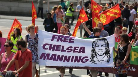 Unterstützer fordern die Freilassung Mannings auf der Dublin Pride Parade im Jahr 2014.