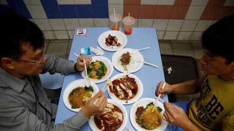 Vor allem in urbanen Gebieten verdrängt Fast Food in Asien das traditionelle, gesunde Essen.