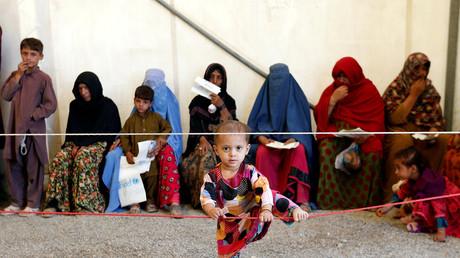 Eine afghanische Frau und ihre Kinder vor dem Registraturzentrum des UN-Flüchtlingswerkes (UNHCR) in Kabul, Afghanistan, 27. September 2016.