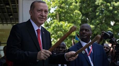 Erdogan spielt Holztrommel beim Staatsbesuch in Tansania