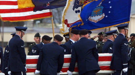 US-Soldaten tragen den Sarg mit den Überresten eines unidentifizierten US-Army Soldaten, zu einem Flugzeug auf dem US-Luftwaffenstützpunkt Ramstein in Deutschland. Der Soldat war zuvor bei einem Bombenanschlag auf eine US-Militärbasis in Kuwait getötet worden, März 2001. .