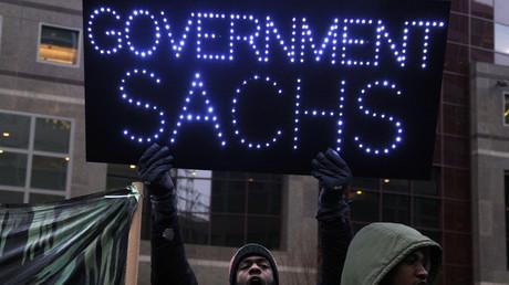 Ein Demonstrant protestiert gegen die engen Verbindungen zwischen Goldman Sachs und den US-Regierungen.