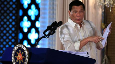 Der philippinische Präsident Duterte will den Konflikt mit China um Inseln im Südchinesischen Meer eigenständig lösen. Gleichzeitig erhofft er sich von Peking Unterstützung gegen islamische Extremisten im Süden des Landes.