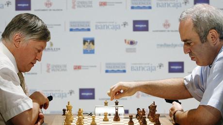Der ehemalige Schachmeister  Garri Kasparow  (R) während eines Tuniers in Valencia, Spanien, September 2009.