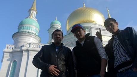 Junge Muslime in Moskau vor den Großen Moschee  während des Islamischen Opferfestes.