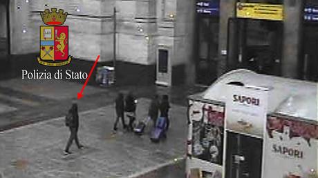 Anis Amri (L) auf der Aufnahme einer Überwachungskamera am Mailänder Hauptbahnhof, 23. Dezember 2016.