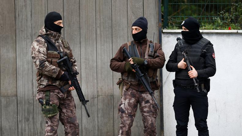 Bewaffneter Patient der psychiatrischen Klinik in Istanbul ergibt sich der Polizei