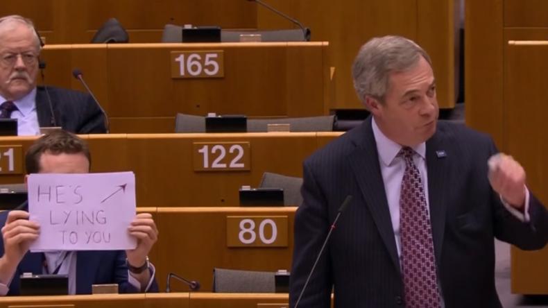 """""""Er belügt Euch!"""": Labour-Abgeordneter trollt Nigel Farage während Rede im Europaparlament"""