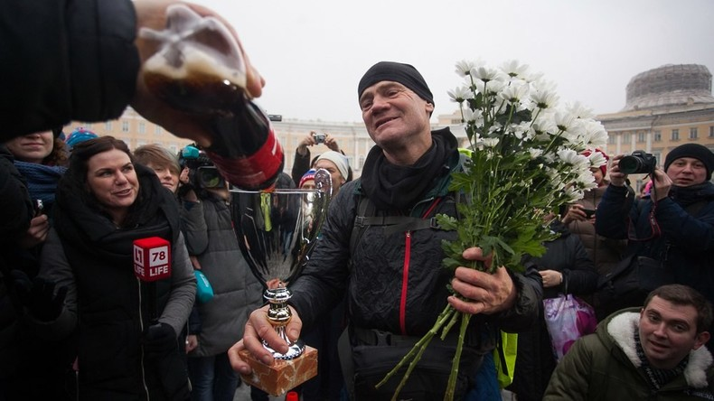 Abenteurer aus Sankt Petersburg läuft um die Welt in knapp zwei Jahren für über 15.000 Euro