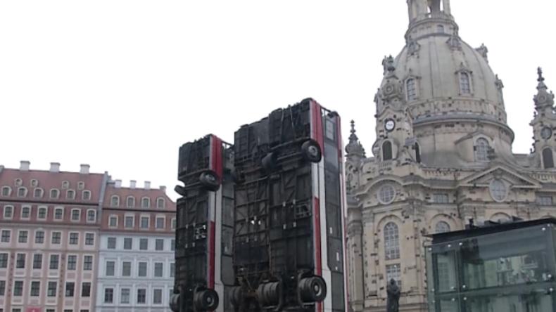 """Dresden: Neues """"Schrottbus-Mahnmal"""" für zerstörtes Aleppo sorgt für massive Proteste"""