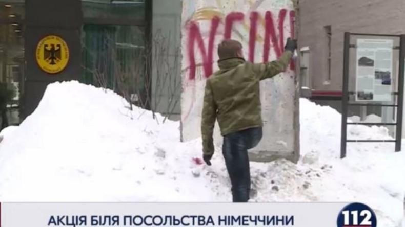 Ukrainischer Parlamentarier bemalt Berliner Mauer in Kiew als Protest gegen deutschen Botschafter