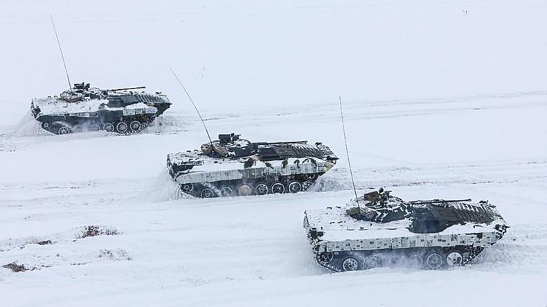Weißrussland tarnt Schützenpanzerwagen mit Zeitungen