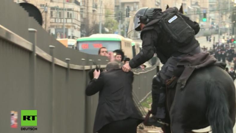"""""""Nazi, Nazi!"""": Hunderte ultraorthodoxe Juden stoßen bei Protest gegen Armee mit Polizei zusammen"""