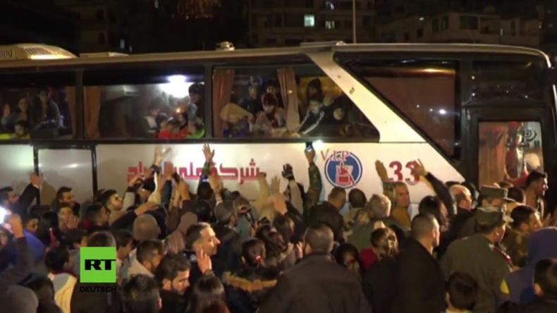 Syrien: Nach dreieinhalb Jahren in FSA-Gefangenschaft kommen 54 Frauen und Kinder frei