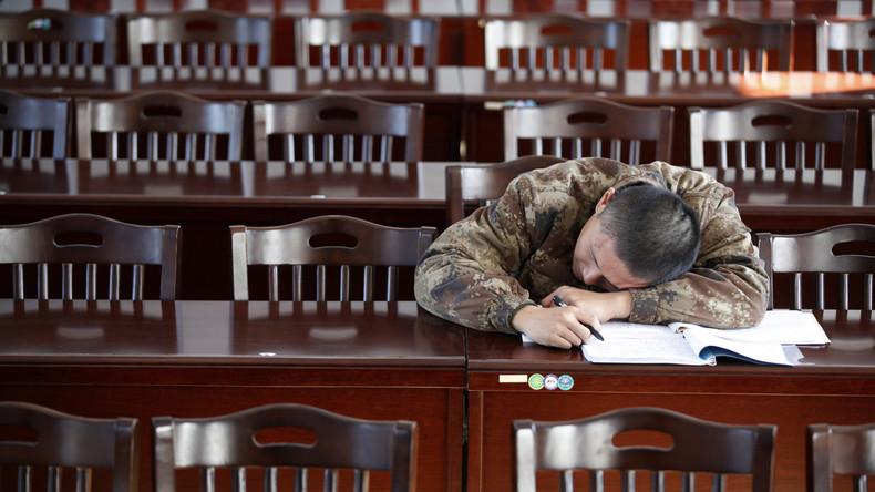 Chinesische Beamte schlafen bei Beratung über Faulheitsbekämpfung ein
