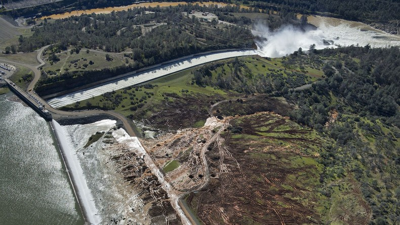Oroville: Staudamm in Kalifornien droht zu brechen - Wassermassen bedrohen Sacramento