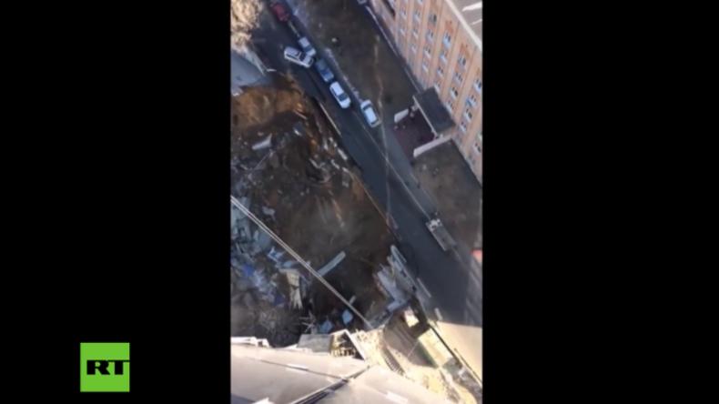 Wladiwostok: Und plötzlich bricht die Erde ein – Riesige Sinkhöhle lässt Straßenbrücke einstürzen