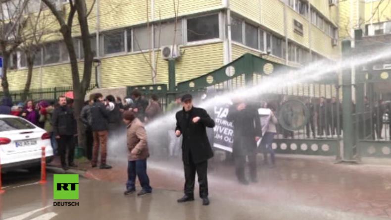 Türkei: Wieder Staatsbedienstete entlassen - Polizei setzt Wasserwerfer gegen Studenten-Protest ein
