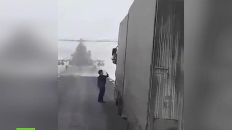 """""""Ich wollt nach dem Weg fragen"""" - Pilot landet Militärhubschrauber vor LKW mitten auf der Straße"""