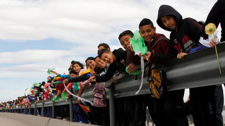 Mexikaner protestieren gegen US-Schutzwall mit Menschenmauer