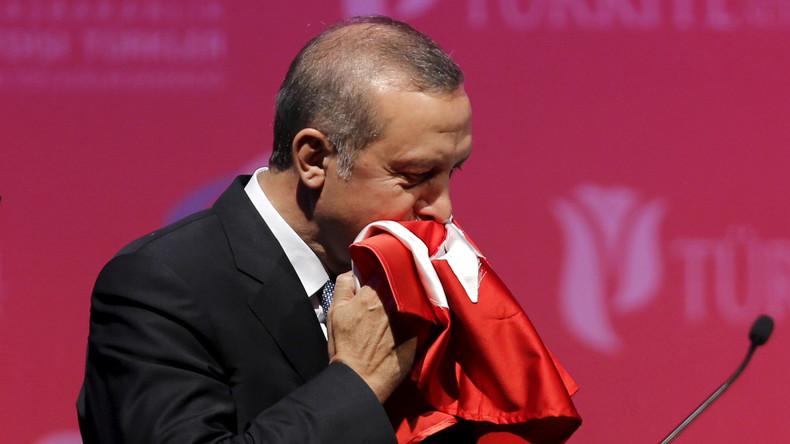 Recep Tayyip Erdoğan eilt seinem Leibwächter zu Hilfe