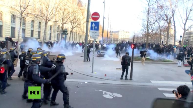 Schwere Ausschreitungen in Paris: Bei Protest gegen Polizeigewalt zwei Polizisten verletzt