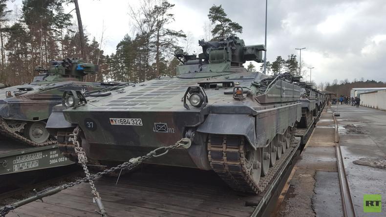 Die NATO in Grafenwöhr: Verladung von Schützenpanzern