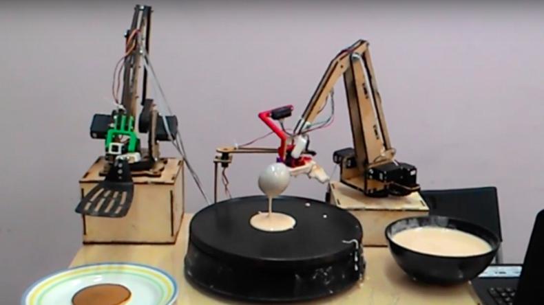 Roboter backt Pfannkuchen für Butterwoche in Moskau [VIDEO]