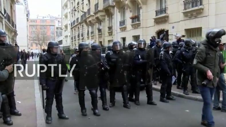 Polizisten im Einsatz bei protest gegen Polizeigewalt in Paris.