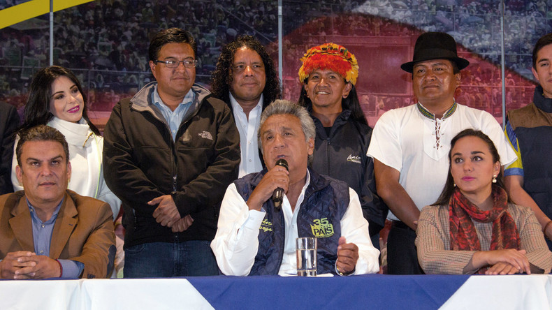 Präsidentschaftskandidat der Regierungspartei Alianza PAIS, Lenin Moreno (M), bei einer Pressekonferenz nach dem 1. Wahlgang